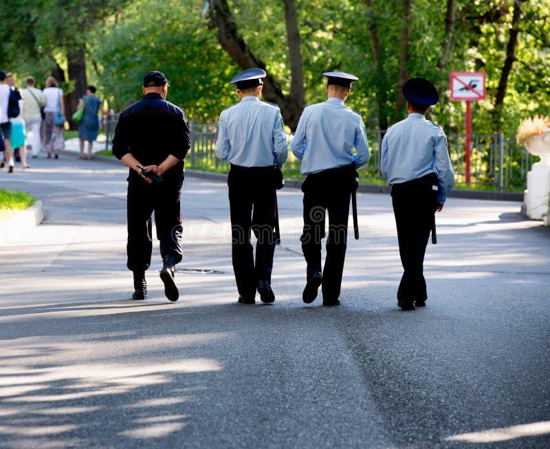Politieagenten op wacht in een park stock afbeeldingen