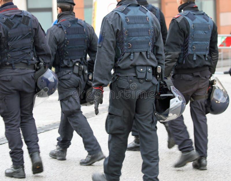 Politieagenten tijdens de sportieve gebeurtenis die op de aankomst van wachten stock fotografie
