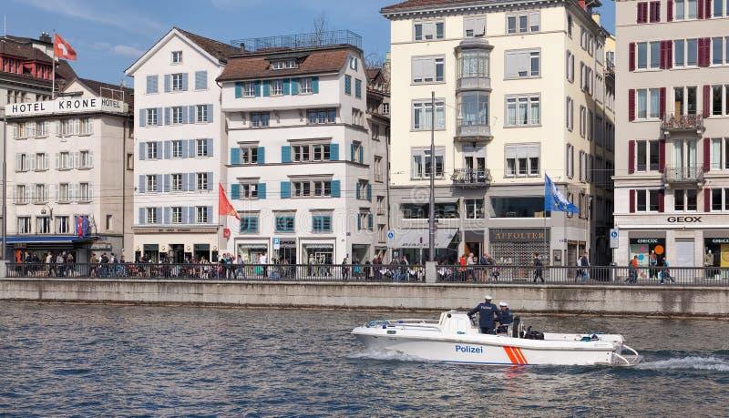 Politieboot op de Limmat-rivier in Zürich stock afbeeldingen