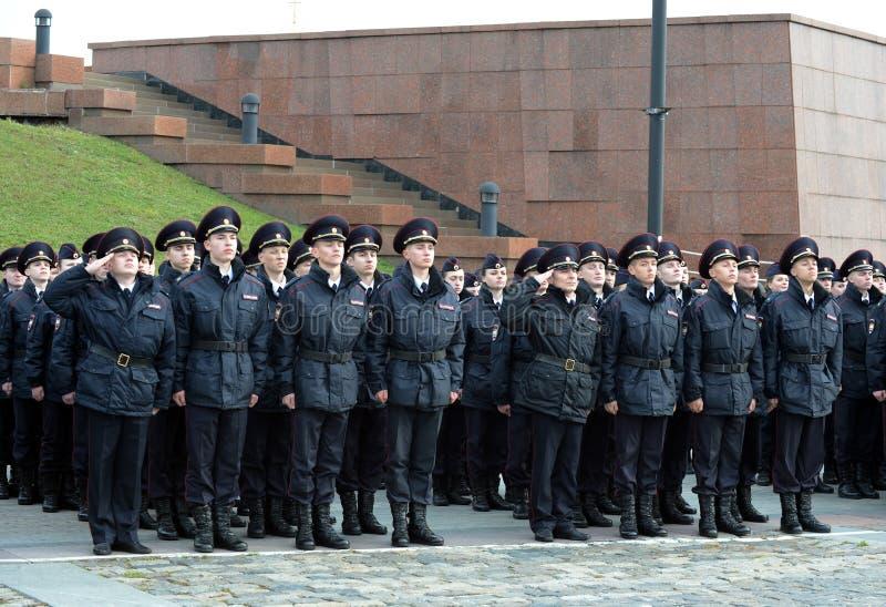 Politiekadetten van de de Wetsuniversiteit van Moskou van het Ministerie van Interne Zaken van Rusland bij de plechtige post stock foto