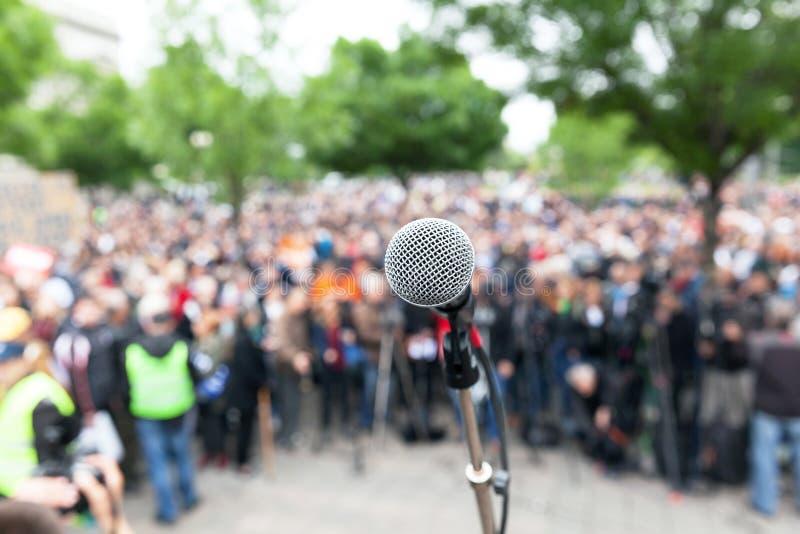 Politieke protestdemonstratie Microfoon in nadruk tegen bl stock foto's