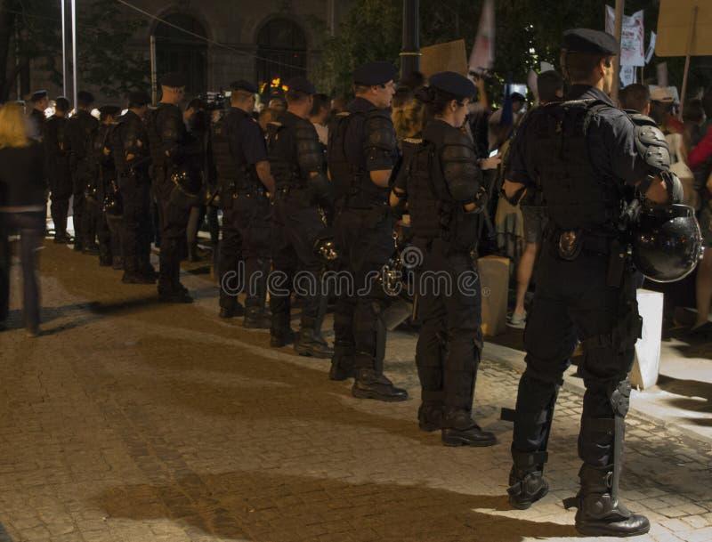 Politielijn tijdens protest tegen goudwinning royalty-vrije stock afbeelding
