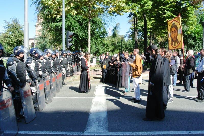 Politiemachten in het centrum van Belgrado en leden van de geestelijkheid royalty-vrije stock foto