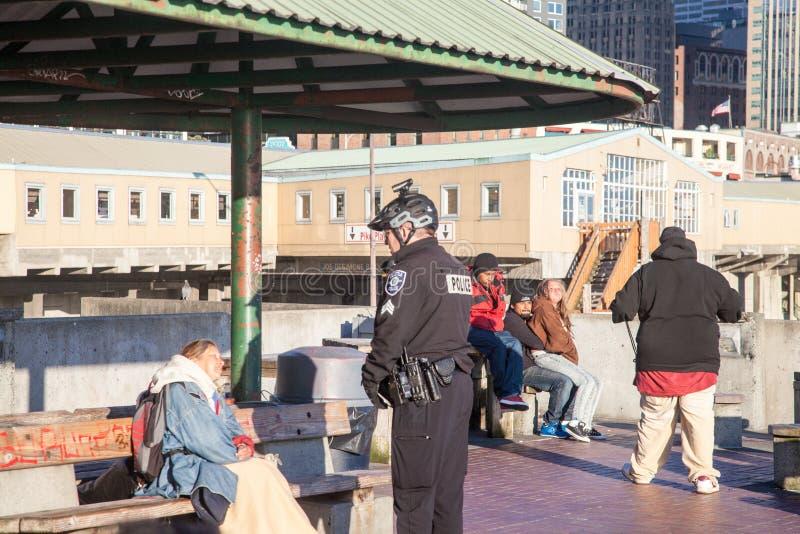 Politieman die aan dakloze persoon spreken stock foto's