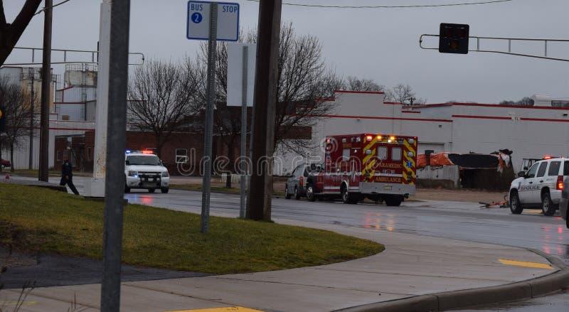 Politieman On Foot Ambulance en Politievrachtwagens met Lichten F stock foto