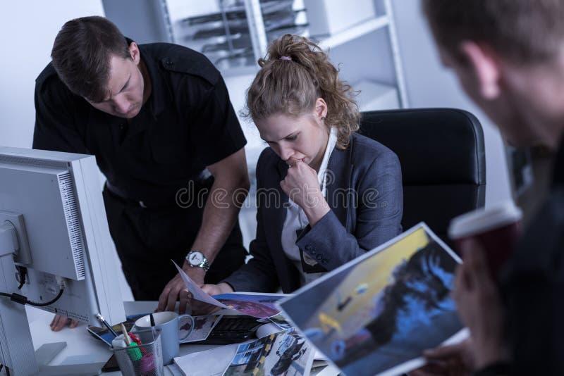 Politieman het letten op beelden royalty-vrije stock foto