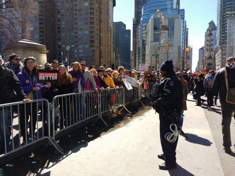 Politieman With Plastic Handcuffs, Menigtecontrole, Maart voor Ons Leven, NYC, NY, de V.S. royalty-vrije stock afbeelding