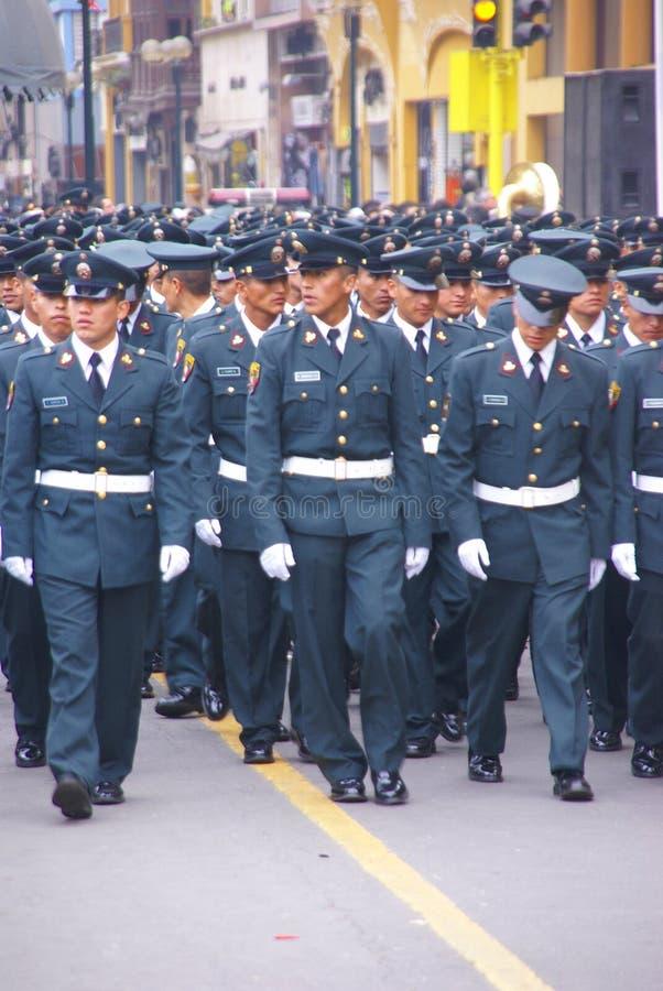 Politiemannen die in parade marcheren stock foto's
