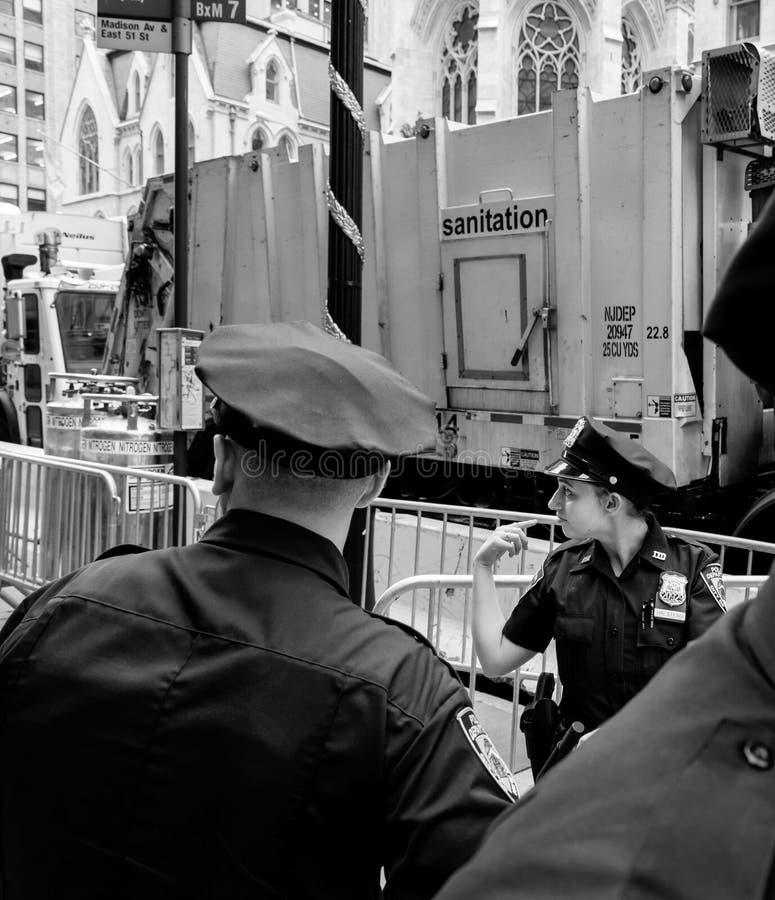 Politiemannen op de straten van Manhattan royalty-vrije stock foto