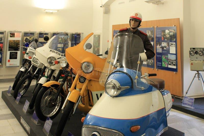 Politiemuseum met tentoongestelde voorwerpen in binnenland in de Tsjechische Republiek van Praag stock afbeelding