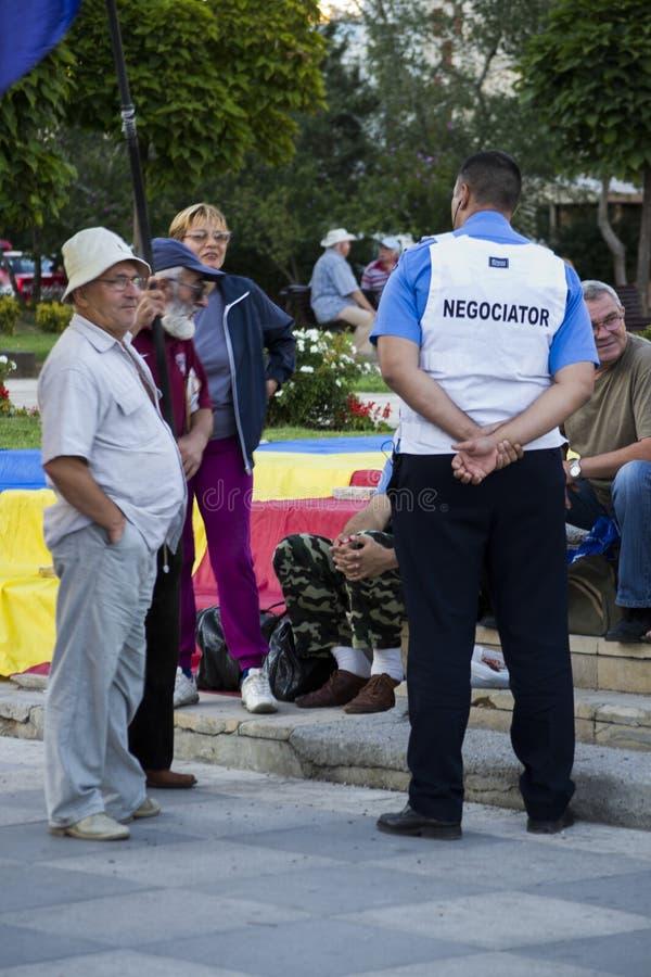 Politieonderhandelaar die aan protesteerders spreken royalty-vrije stock afbeeldingen