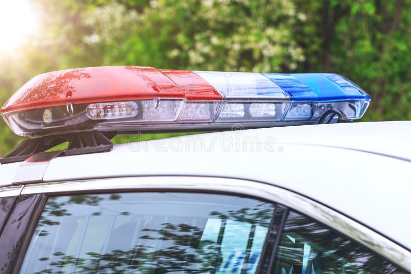 Politiepatrouillewagen met sirenes weg tijdens een verkeerscontrole Blauw stock afbeeldingen