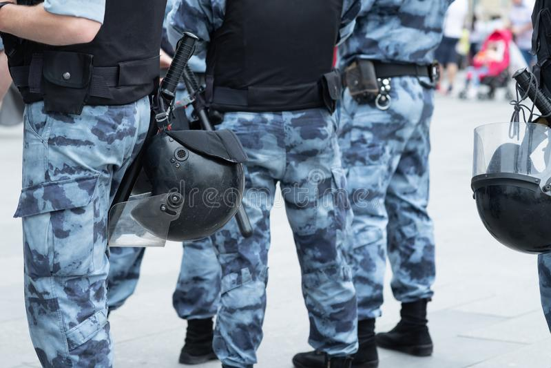 Politieploeg met helmen, lichaamspantser en knuppelsclose-up stock foto's