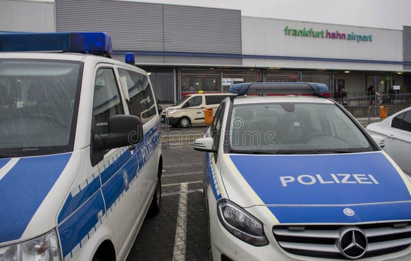 Politievoertuig in Internationale luchthaven in Frankfurt Hahn, Duitsland stock foto