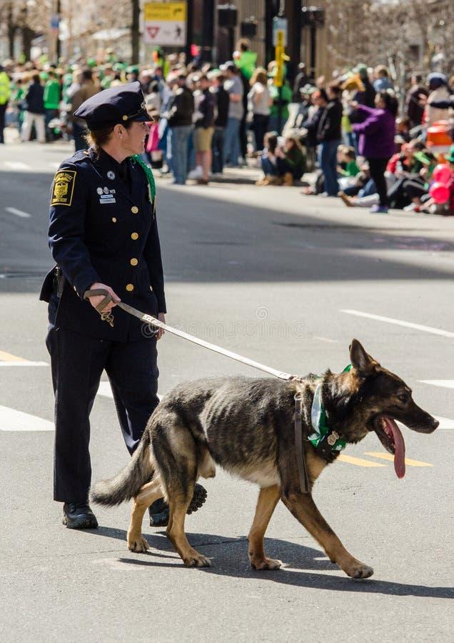 Politievrouw met k9 ambtenaren volledige eenvormig stock afbeelding
