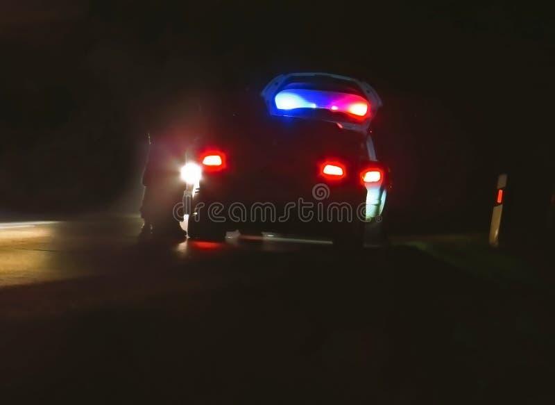 Politiewagen, cop achtervolging in nacht blauw rood licht royalty-vrije stock afbeeldingen