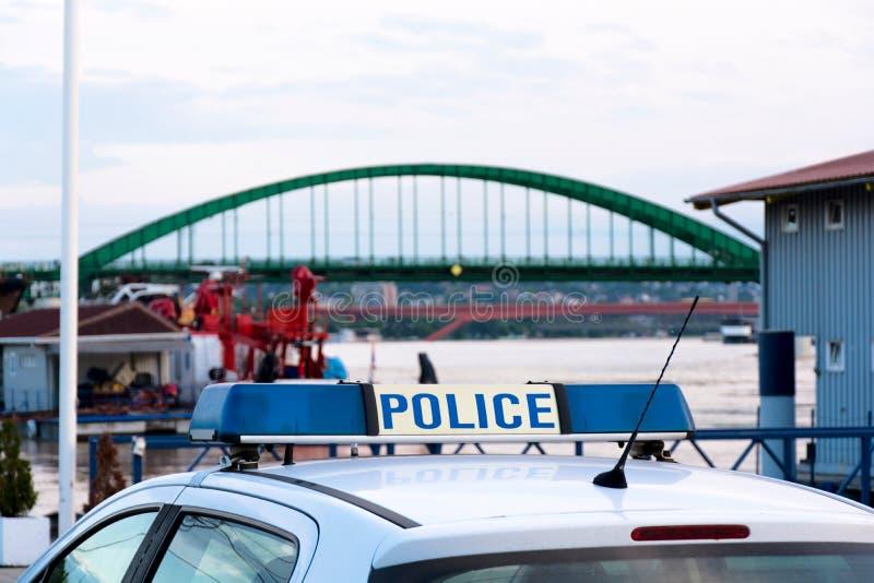 Politiewagen dichtbij het schependok stock foto's