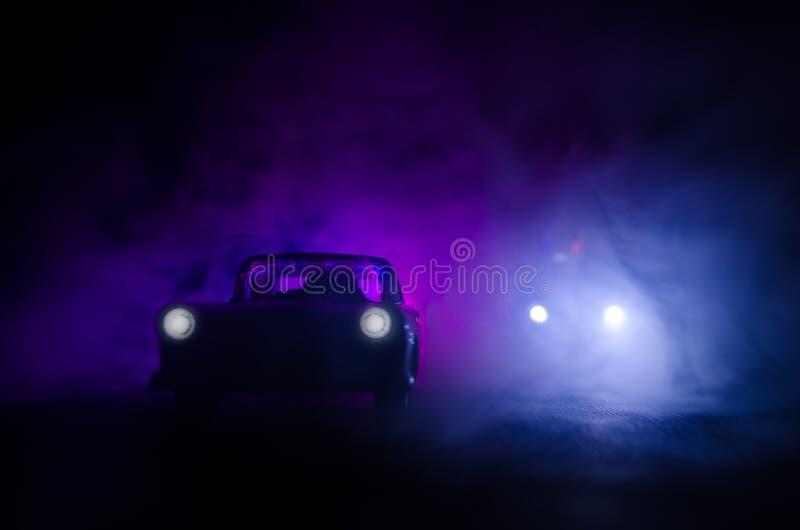 Politiewagen die een auto achtervolgen bij nacht met mistachtergrond 911 de politiewagen van de noodsituatiereactie het verzenden royalty-vrije stock foto's