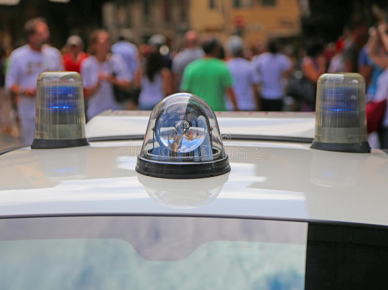 Politiewagen met lichten en sirene in de stad stock afbeeldingen