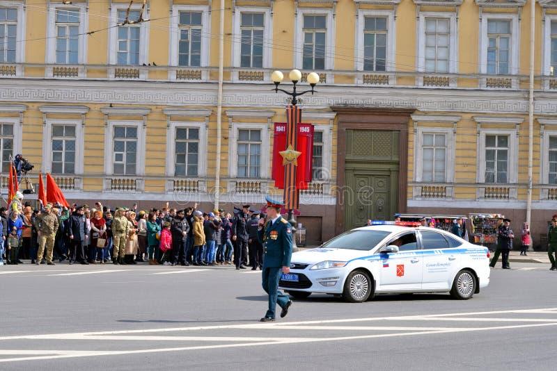 Politiewagen op Overwinningsparade in St. Petersburg royalty-vrije stock afbeeldingen