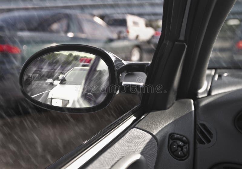 Politiewagen in rearview spiegel stock afbeeldingen