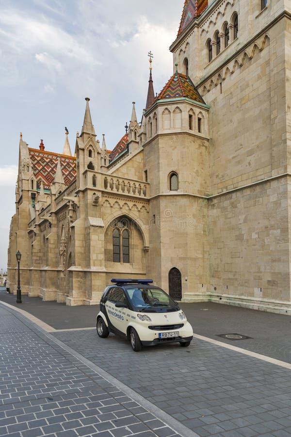 Politiewagen voor de kerk van Matthias Boedapest, Hongarije stock fotografie