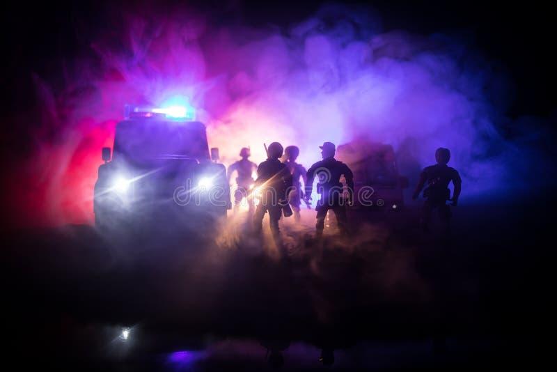 Politiewagens bij nacht Politiewagen die een auto achtervolgen bij nacht met mistachtergrond 911 de pSelective nadruk van de nood royalty-vrije stock fotografie