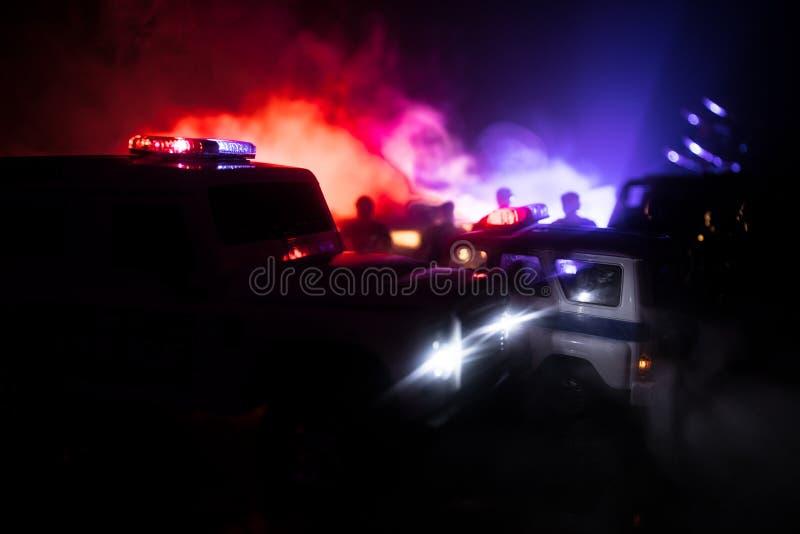 Politiewagens bij nacht Politiewagen die een auto achtervolgen bij nacht met mistachtergrond 911 de pSelective nadruk van de nood stock foto