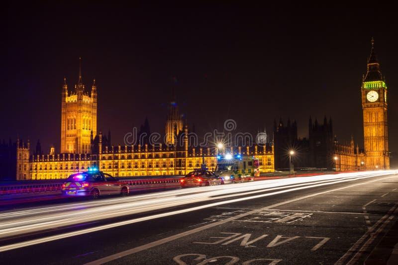 Politiewagens en Ziekenwagen op de Brug van Westminster, Londen bij Nacht royalty-vrije stock afbeelding