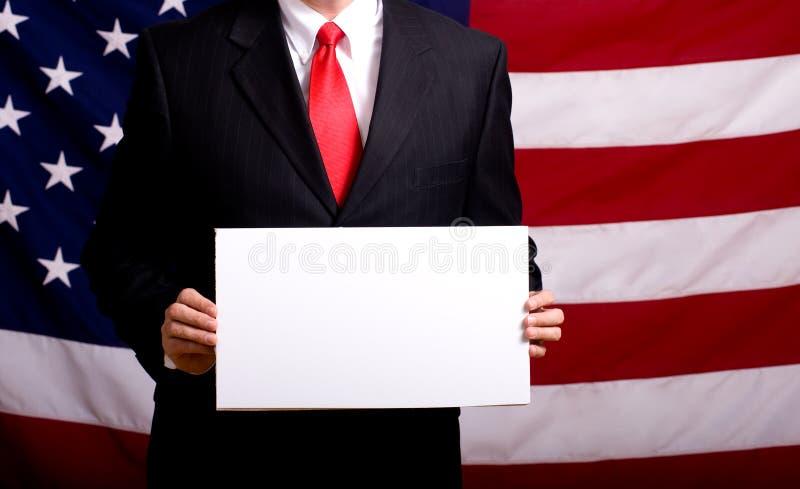 Politiker, der unbelegtes Zeichen anhält stockfotografie