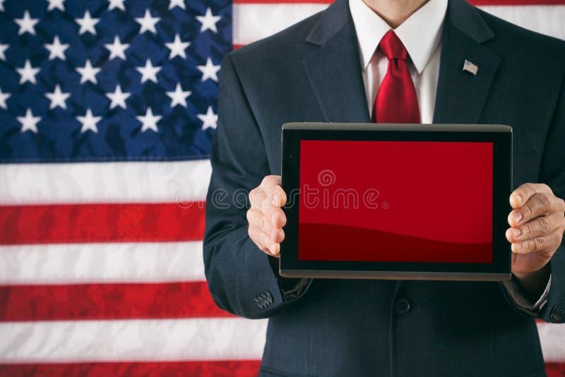 Politiker: Hållande övre Digital för man minnestavla med den tomma skärmen royaltyfri foto