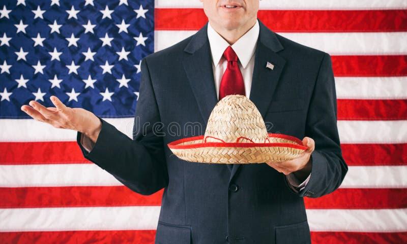 Politiker: Hållande mexicansk sombrero för man arkivfoton