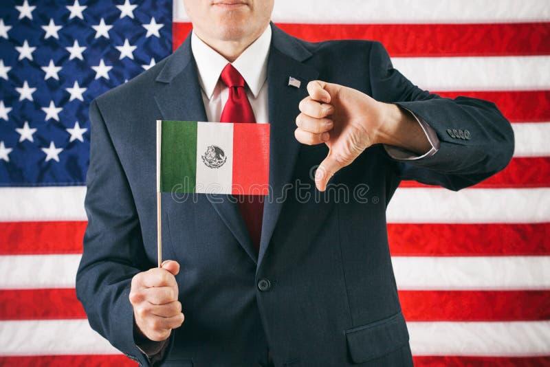 Politiker: Mannen ger den mexicanska flaggan tummarna ner royaltyfria bilder