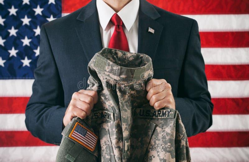 Politiker: Rymma ett omslag för militär likformig royaltyfria bilder