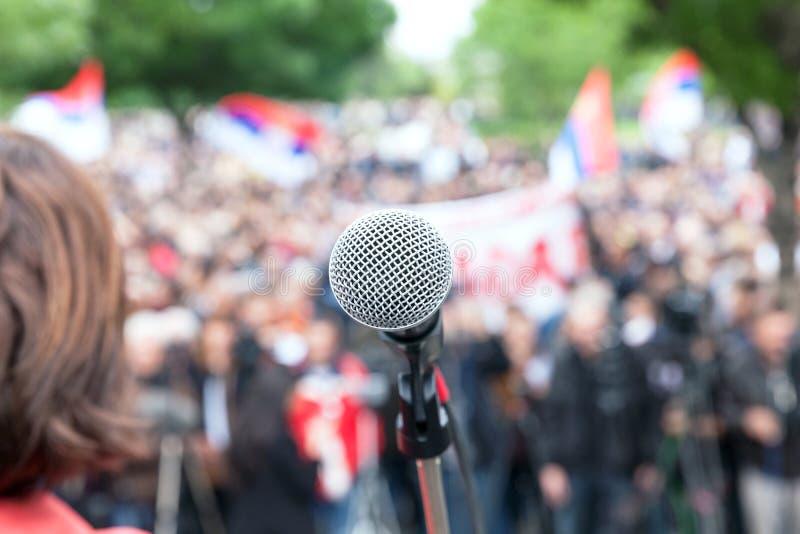 Politische Protest Demonstration Mikrofon im Fokus gegen Querstation lizenzfreies stockfoto