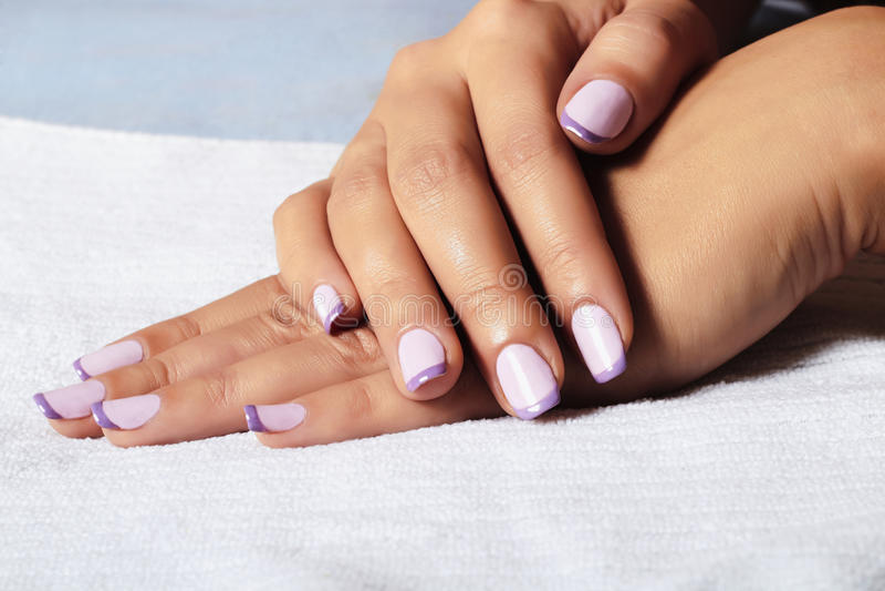 Politur Manicure.female hands.beauty salon.shellac lizenzfreie stockbilder