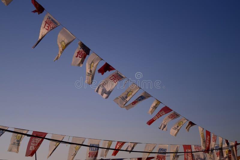Polityczne flagi lata w nabrzeżnych wiatrach Istanbuł obraz stock