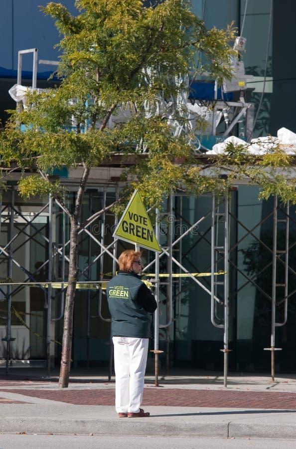 Polityczny aktywista mówi podtrzymywał znaka - głosuje zieleń, Vancouver BC obraz royalty free