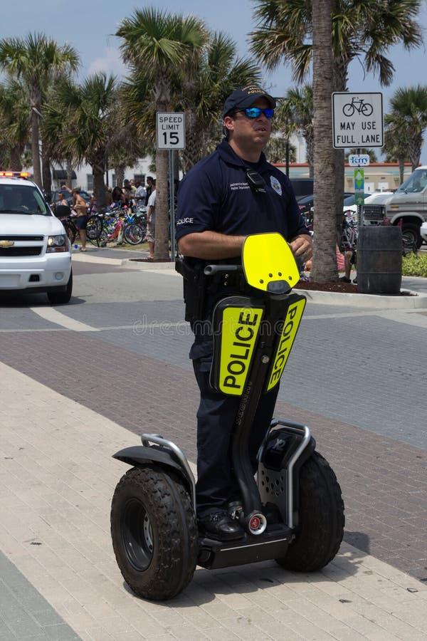 Polizei auf einem Segway lizenzfreie stockbilder