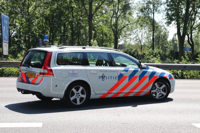 Polizei der Landstraße patrouilliert in der Aktion nach Zusammenstoß auf Autobahn A20 an aan Höhle IJssel Nieuwerkerk in den Nied stockbild