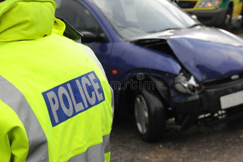 Polizei an einem Autozertrümmern stockfotos