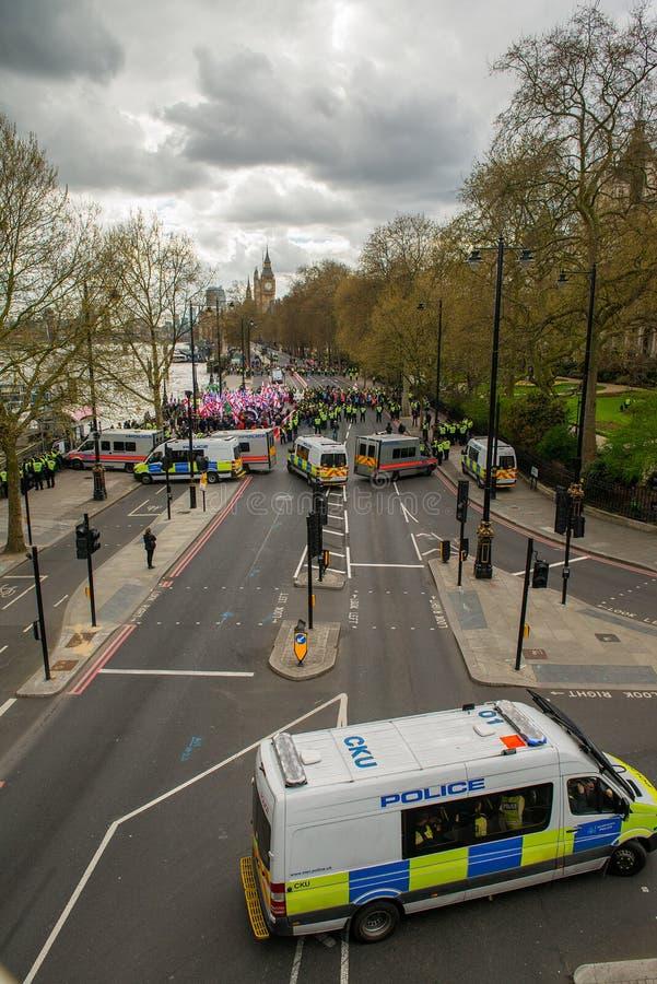 Polizei-Eskorten-Demonstrationszug - London stockbilder