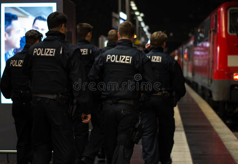 Polizei in Frankfurt am Main Hauptbahnhof lizenzfreie stockbilder
