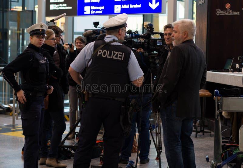 Polizei i den Frankfurt flygplatsen arkivbilder