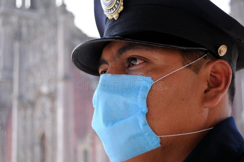 Polizei mit Gesichtsmaske in Mexiko stockfotografie