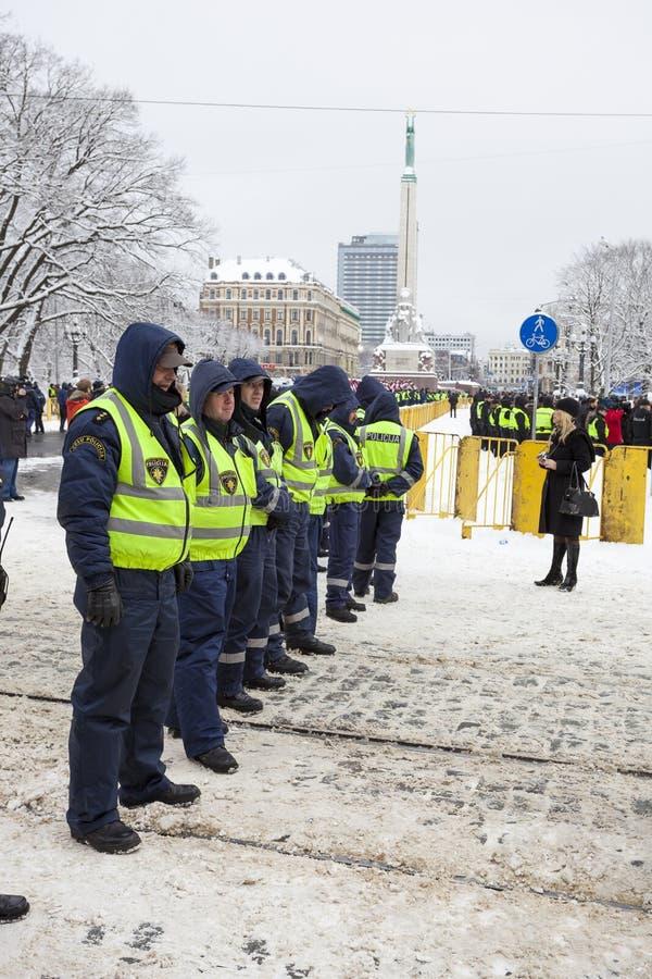 Polizei sperrt nahe Freiheitsmonument in Riga ab stockfoto