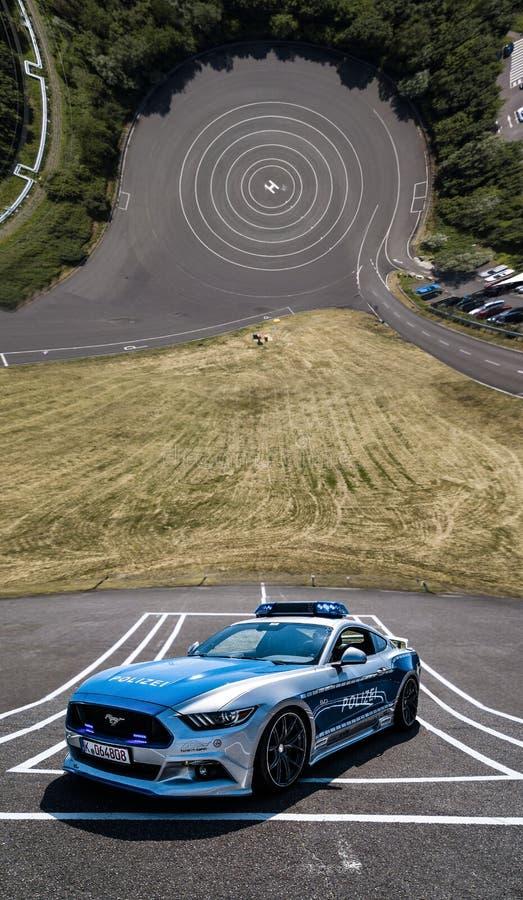 Polizei Sportwagen auf Teststrecke Droneception royaltyfri foto