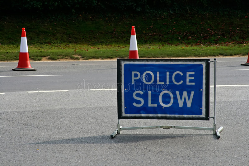 Polizei verlangsamt Zeichen stockfoto
