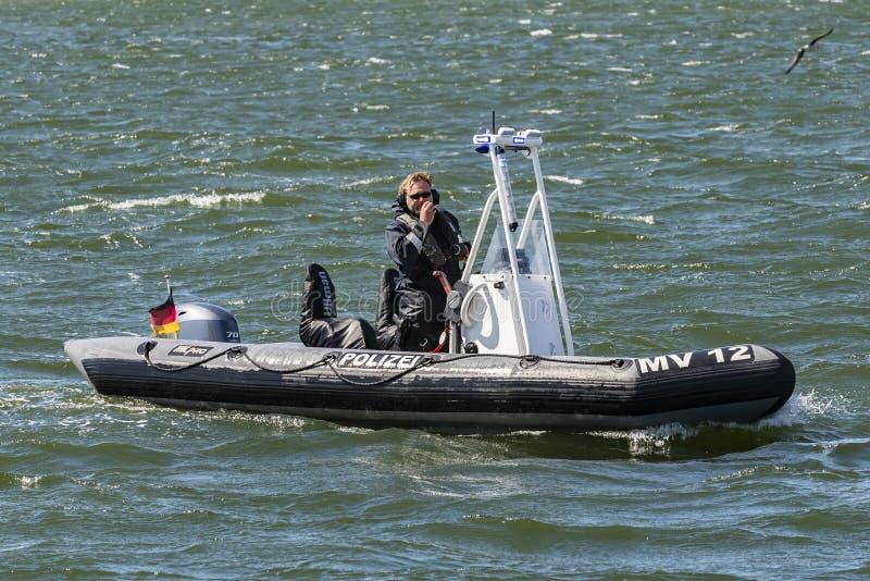 Polizei VERSIEHT auf Patrouille WarnemÃ-¼ nde Deutschland mit Rippen lizenzfreies stockbild