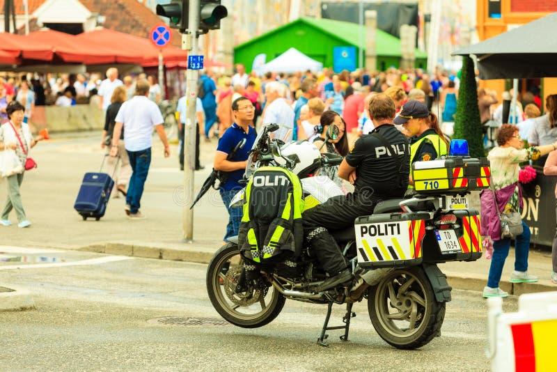 Polizei während der Großsegler läuft am 25. Juli 2014 in Bergen, Norwegen lizenzfreie stockfotos